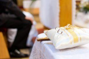 Svadba v kostole s nepokrsteným ateistom – potrebujete sobášny dišpenz